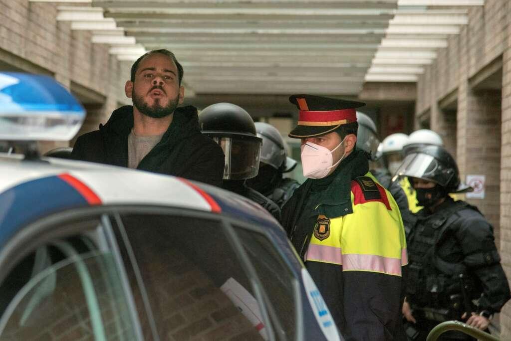 El rapero Pablo Hasél al momento de su detención en el rectorado de la Universidad de Lleida, el 16 de febrero de 2021   EFE/RG