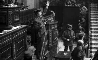 Imagen del coronel Antonio Tejero dando el golpe de estado en el Congreso el 23 de febrero de 1981. EFE