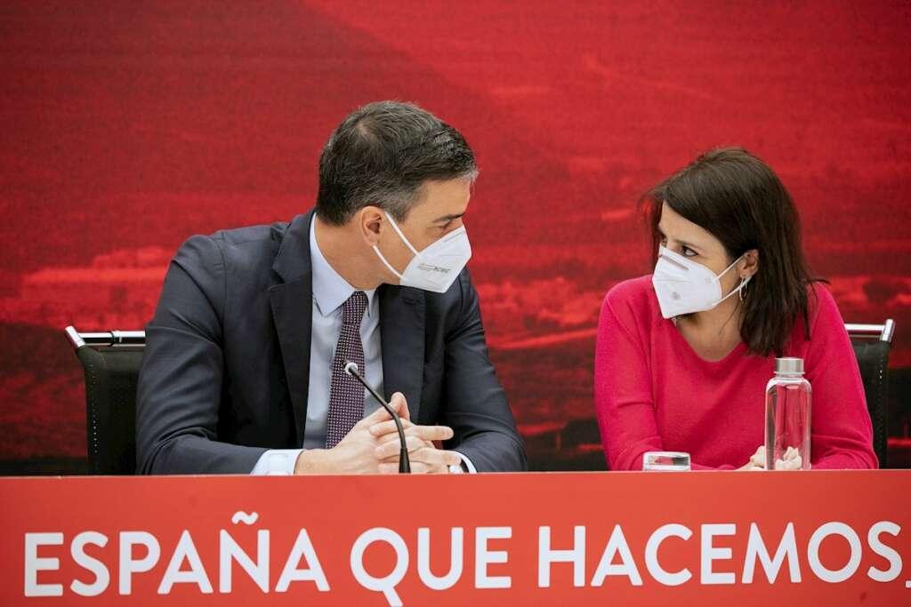 El presidente del Gobierno, Pedro Sánchez, y la secretaria general del PSOE, Adriana Lastra, en una reunión de la comisión ejecutiva del partido, el 22 de marzo de 2021 en Madrid | EFE/PSOE/EC/Archivo