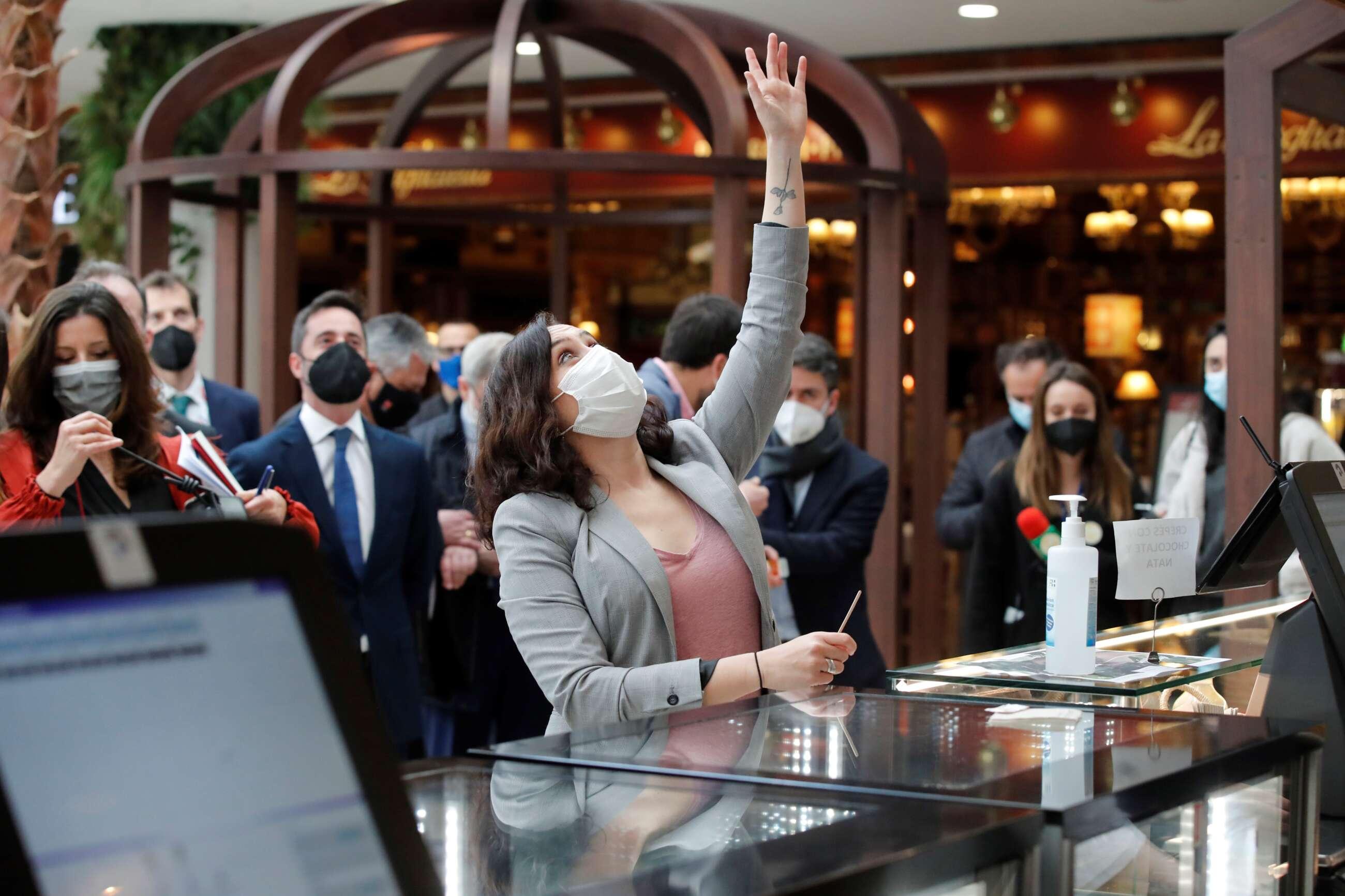 La presidenta de la Comunidad de Madrid, Isabel Díaz Ayuso, durante su visita a la nueva zona de restauración y hostelería del centro comercial Xanadú en la localidad madrileña de Arroyomolinos. EFE/Juan Carlos Hidalgo