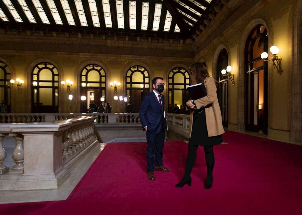 El candidato de ERC a la presidencia de la Generalitat, Pere Aragonès, junto a la presidenta del Parlament, Laura Borràs, tras el primer debate de investidura, el 26 de marzo de 2021   EFE/EF/Archivo