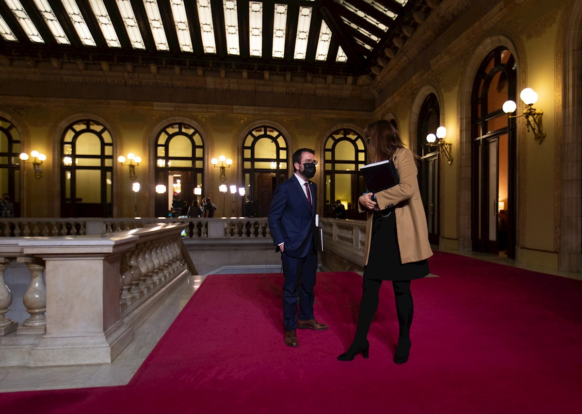 El candidato de ERC a la presidencia de la Generalitat, Pere Aragonès, junto a la presidenta del Parlament, Laura Borràs, tras el primer debate de investidura, el 26 de marzo de 2021 | EFE/EF/Archivo
