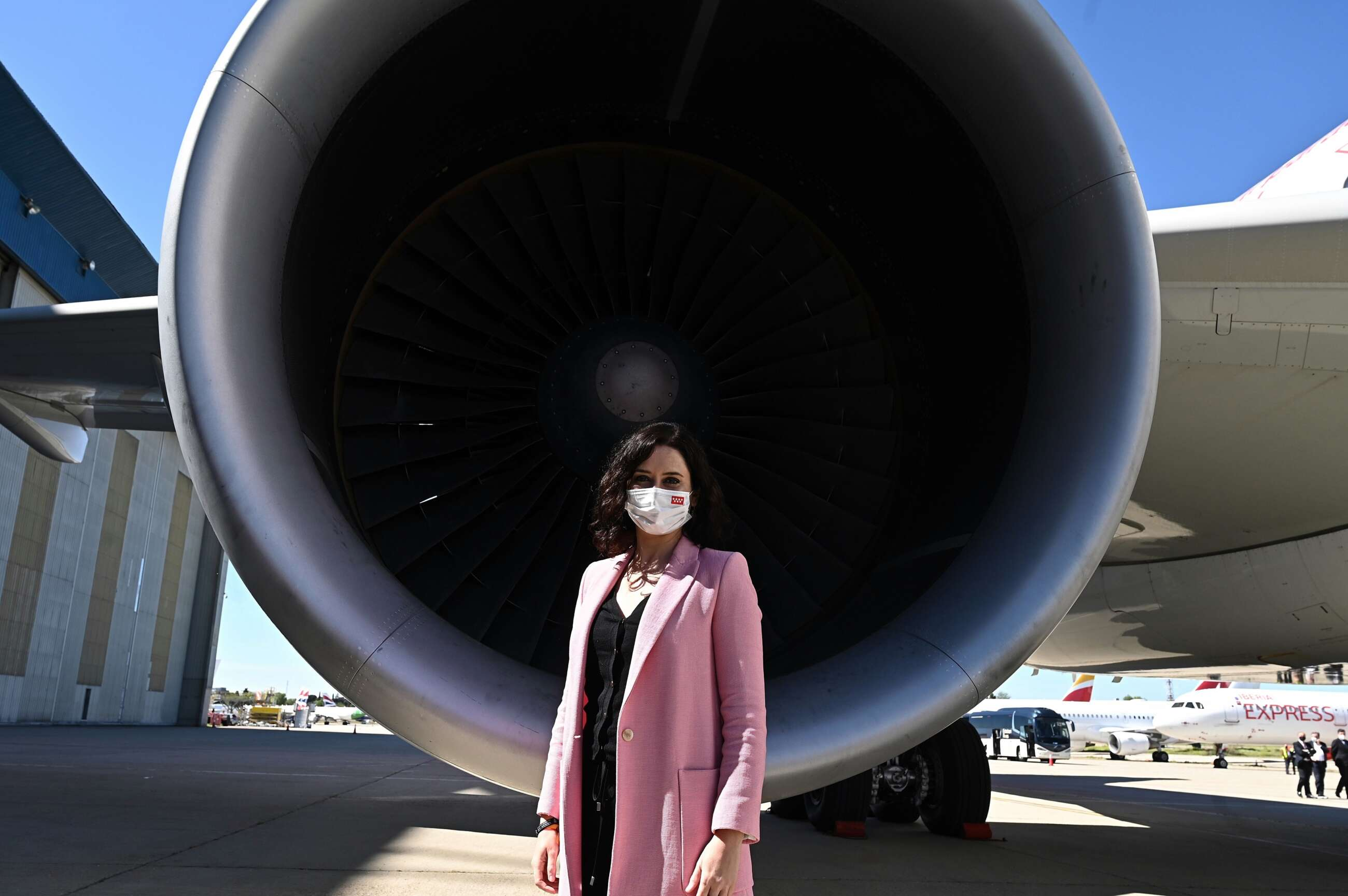 La presidenta de la Comunidad de Madrid, Isabel Díaz Ayuso, durante su visita a las instalaciones de Iberia en La Muñoza en Madrid este lunes donde se ha presentado un avión de la compañía con la imagen de la Comunidad de Madrid. EFE/ Fernando Villar