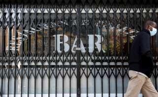 Una persona pasa por delante de un bar que permanece cerrado | EFE/AE/Archivo