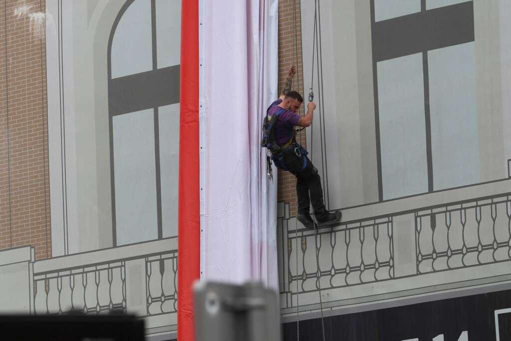 Un operario trabaja en la colocación de una nueva lona del PSOE en la céntrica plaza de Callao de cara a las elecciones regionales, este miércoles, en Madrid. EFE/Rodrigo Jiménez