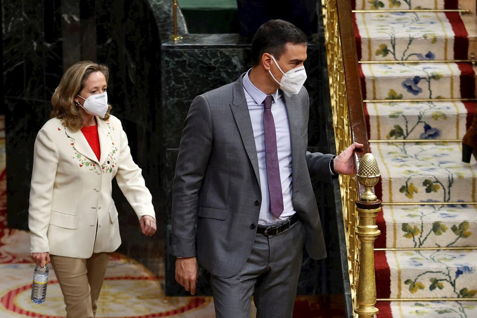 El presidente del Gobierno, Pedro Sánchez (d), y la ministra de Economía, Nadia Calviño (i), en el Congreso, el 14 de abril de 2021 | EFE/CM/Archivo