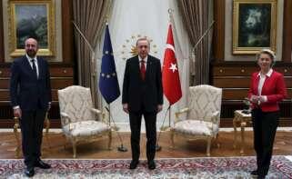 El presidente de Turquía, Recep Tayyip Erdogan (centro), junto al presidente del Consejo Europeo, Charles Michel, y la presidenta de la Comisión Europea, Ursula von der Leyen, antes de su reunión el 6 de abril de 2021 en Istambul | ESE/EPA/Archivo