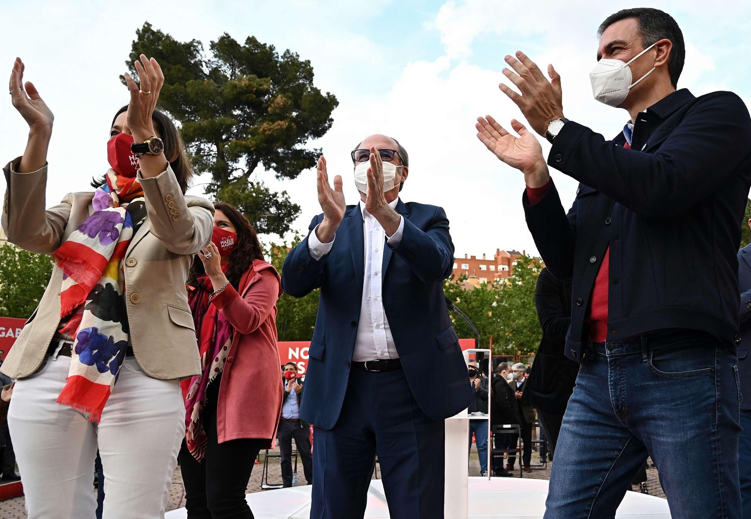 El presidente del Gobierno, Pedro Sánchez (D), el candidato a la presidencia de la Comunidad de Madrid, Ángel Gabilondo y la ministra de Industria, Reyes Maroto, durante el acto de cierre de campaña en el auditorio parque forestal Entrevias. EFE/Fernando Villar.