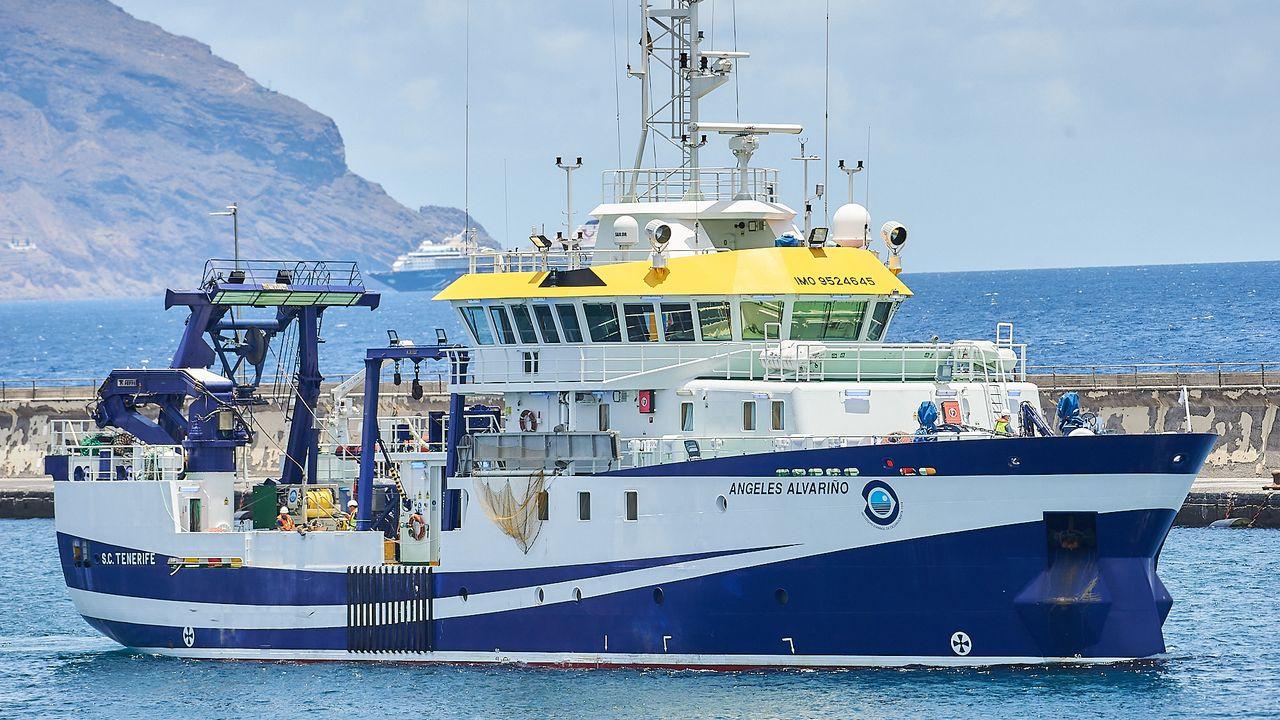 El buque Angeles Alvarino saliendo del puerto de Tenerife