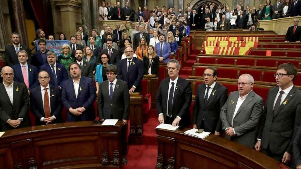 El expresidente Carles Puigdemont, junto al exvicepresidente Oriol Junqueras y los otros miembros de su Govern durante la votación de la DUI de 2017 en el Parlament en una imagen de archivo / EFE