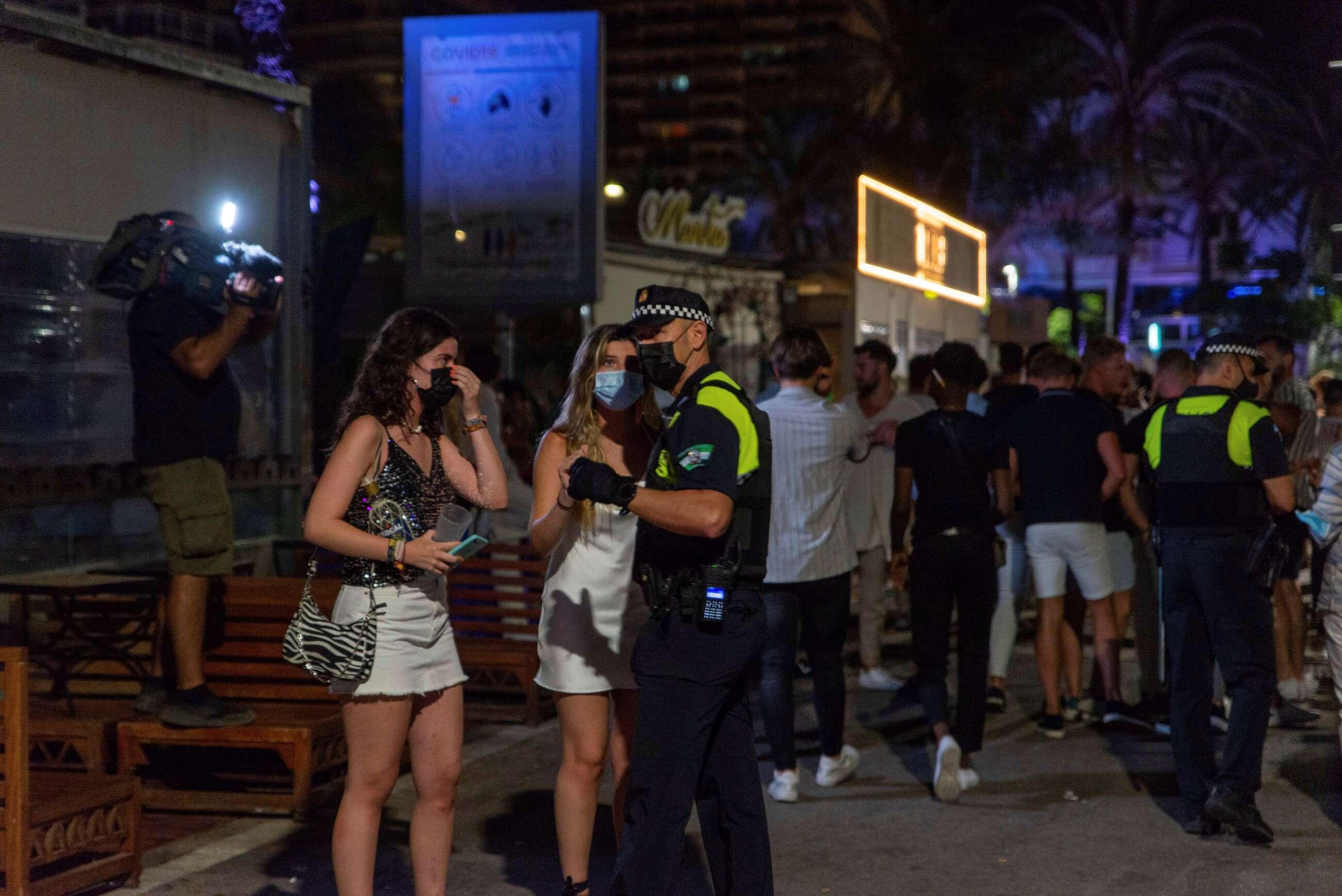 La Policía de Marbella desaloja a unos jóvenes de un local por saltarse las restricciones. // EFE