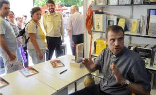El obispo emérito de Solsona, Xavier Novell, firmando su libro 'Carta a los Jóvenes' en la Feria del Libro de Madrid, en 2011. EFE/Kiko Huesca