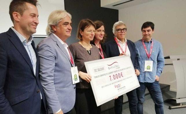 Entrega de un cheque solidario de Garnatxes de 7.000 euros. Foto: Jordi Català