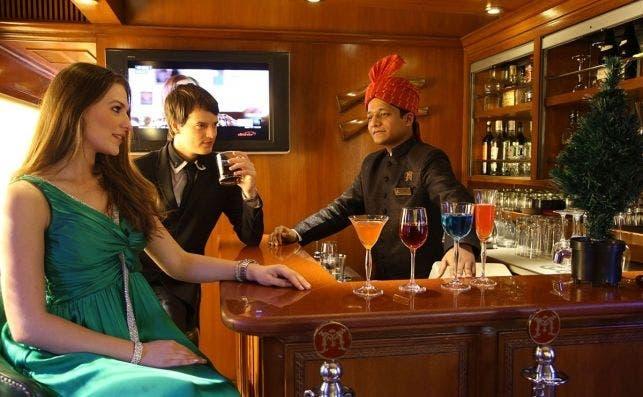 54.Guests enjoying cocktails in Rajah Club lounge