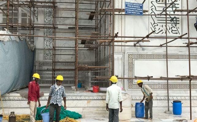 Un grupo de obreros en la restauración del Taj Mahal.