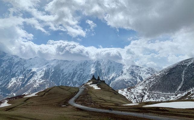 Paisaje con montañas nevadas de Georgia. Foto: Anastasiia Piastolova