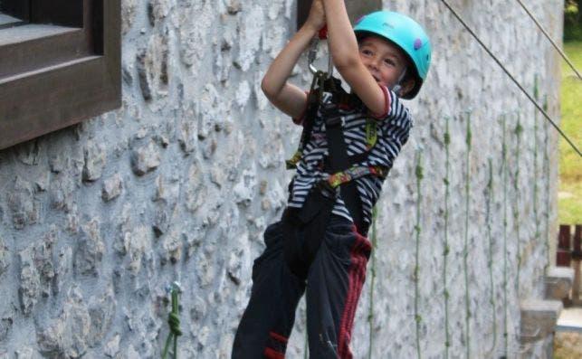 En Sustriak Natura, en el País Vasco, los niños aprenden a deslizarse en tirolina. / Foto: Sustriak Natura