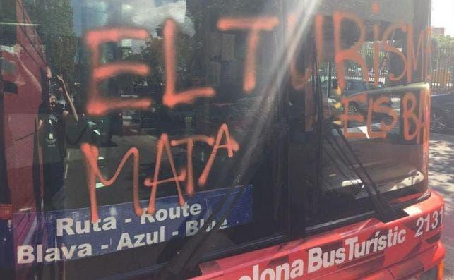 Los atacantes pintaron graffitis en el bus turístico. Foto de un testigo