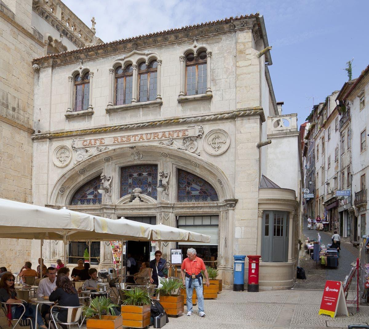 Café Santa Cruz, Coimbra. Foto: Diego Delso.