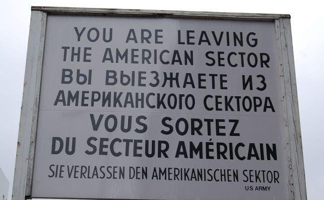 El famoso cartel del Checkpoint Charlie. Foto: JP Chuet