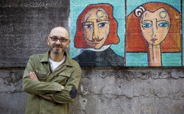 Eduardo Hermida posa ante una de las meninas de Ferrol. EFE.