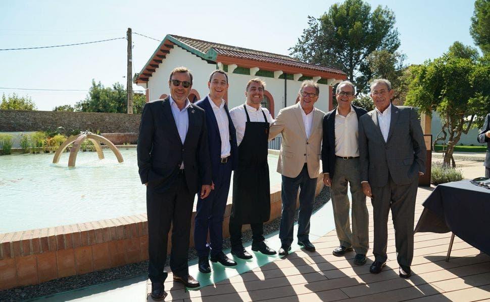 De izquierda a derecha: Raimon Grifols, Víctor Grifols Deu, Jordi Roca, Joan Fornós, Francesc Xavier Llorente i Víctor Grifols Roura en las instalaciones durante la inauguración. Foto: Agua de Vilajuïga