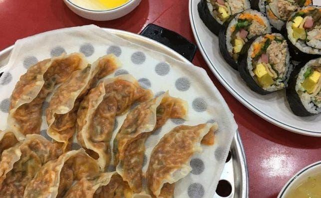 Empanadas y kimbap en Mapo Mando. Foto: At Man.