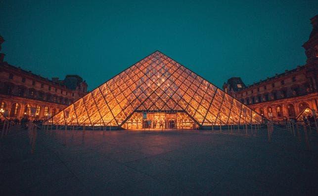 Gran PiraÌmide del Louvre. Foto Bharat Patil Unsplash