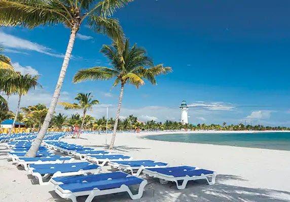 Las tumbonas esperan a los turistas en Harvest Caye. Foto: Norwegian Cruise Line