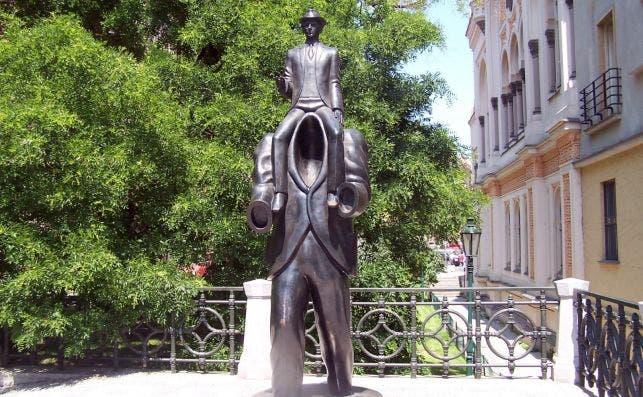Praga homenajea a Kafka con esta obra de Jaroslav RoÌna. Foto: Wikipedia.