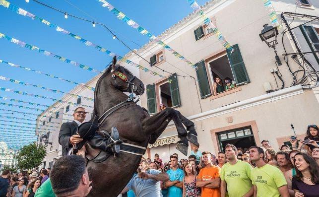 Las fiestas populares de Sant Joan en Menorca. Foto: Jez Timms - Unsplash