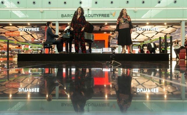 Junto al Gran Teatro Liceu, Aena ya ha llevado la ópera al aeropuerto de Barcelona El Prat. Foto Enric Fontcuberta   EFE.