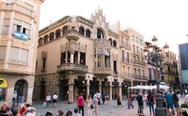La Casa Navàs domina la céntrica Plaza del Mercadal. Foto Casa Navàs