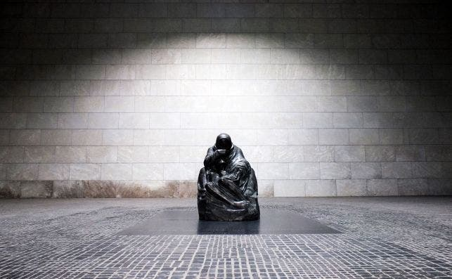 La impresionante PietaÌ Kollwitz en el edificio de La Nueva Guardia.