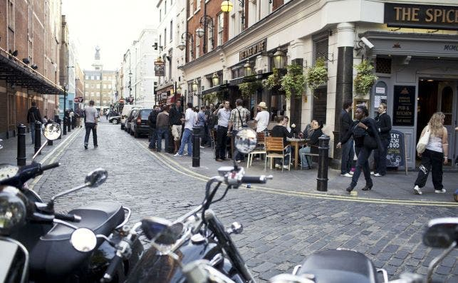 Las calles del Soho tambien se poblaraÌn de mesas y sillas. Foto VisitBritain Simon Winnall