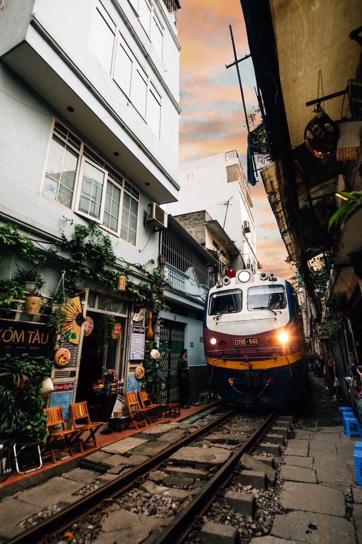 Hanoi street train. Foto Logan Lambert | Unsplash