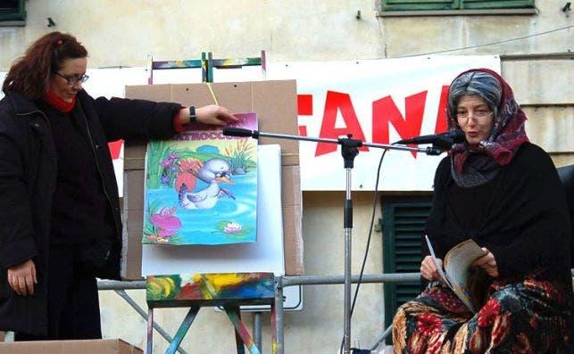 La Befana cuenta historias en la ciudad de Lucca. Foto: JP Chuet-Missé.