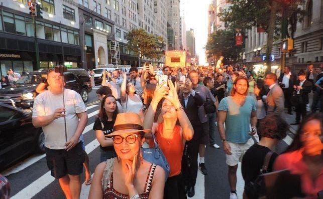 Manhattanhenge 2016 07 11 sunset crowd on W42 jeh