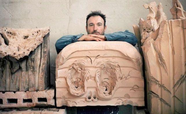 Miquel BarceloÌ con sus esculturas en ceraÌmica Foto Museo Picasso de MaÌlaga