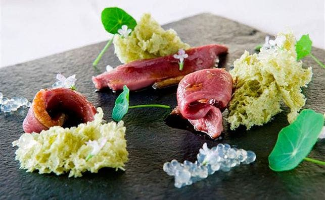 Pechuga de pichoÌn, bizcocho aireado de algas, huevas de Jerez y trufas. Foto: Molino de Urdaniz.
