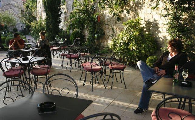 Sus calles estaÌn repletas de acogedores cafeÌs. Foto Manena Munar.