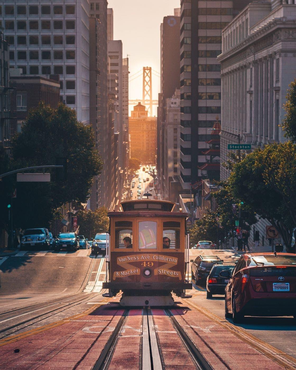TranviÌa en San Francisco. Foto Amogh Manjunath Unsplash