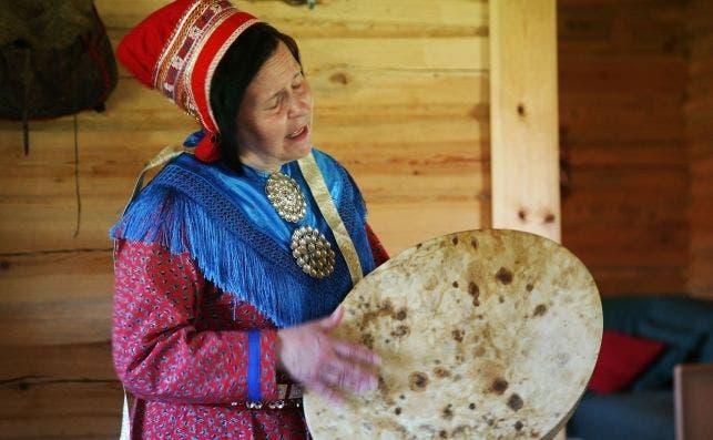 Tuula Majja Magga Helta viste su Kolt azul de Sami del Norte y entona una dulce balada Yoik laponesa sami. Foto Manena Munar.