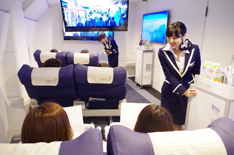 Llega el momento del servicio de a bordo. Foto: First Airlines.