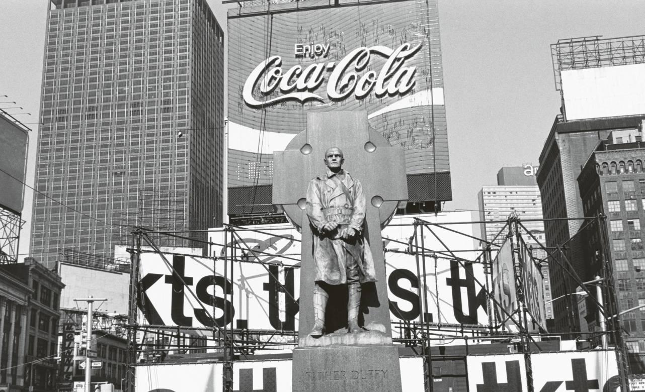 Father Duffy, Times Square, New York City, 1974. Foto © Lee Friedlander, courtesy Fraenkel Gallery, San Francisco.