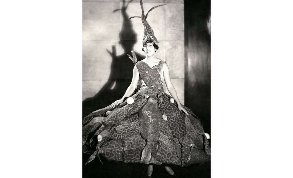 Marie-Laure de Noailles vestida para el baile del Fondo del Mar Foto Man Ray Trust