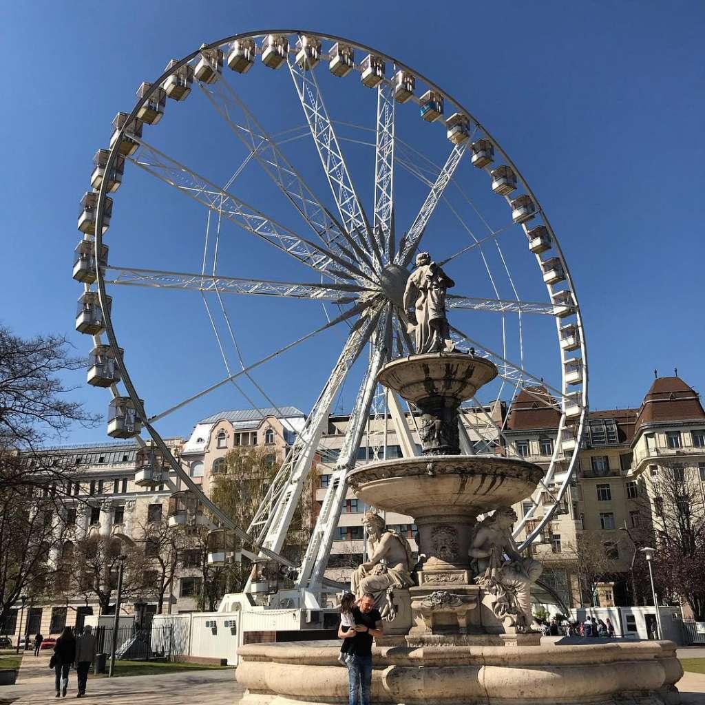 La noria se encuentra en una popular plaza de Budapest: Foto: Budapest Eye