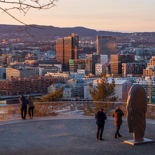 Cabeza de Chloe de Jaume Plensa, con Oslo de fondo. Foto Ekerberpark