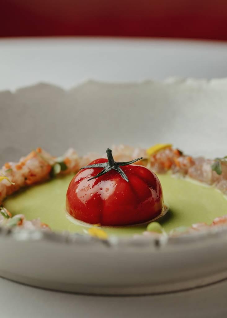 Tomate nitro con gazpacho verde y tartar de quisquillas en Dani (Four Seasons). Foto: © Óscar Romero.