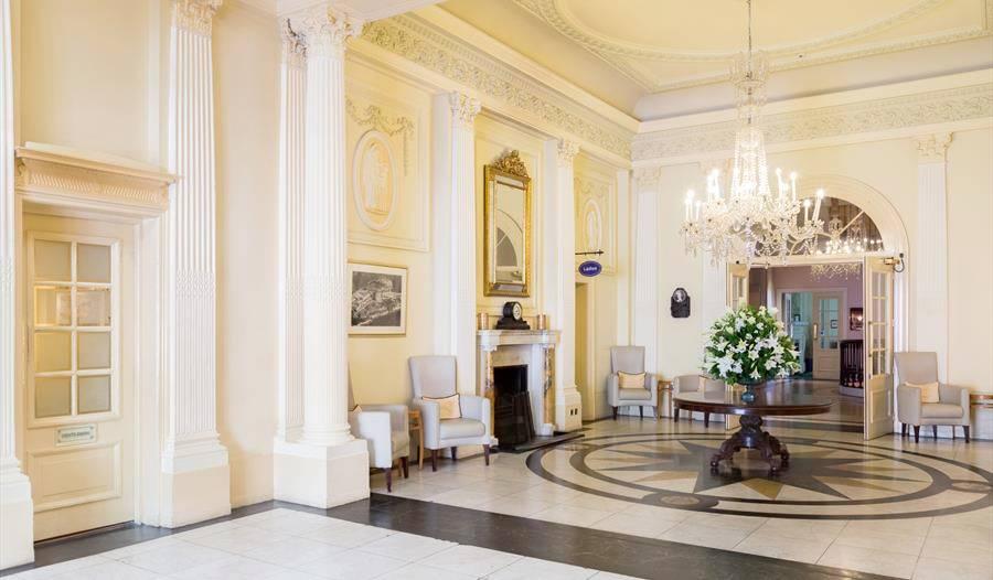 Salones del Imperial Hotel.